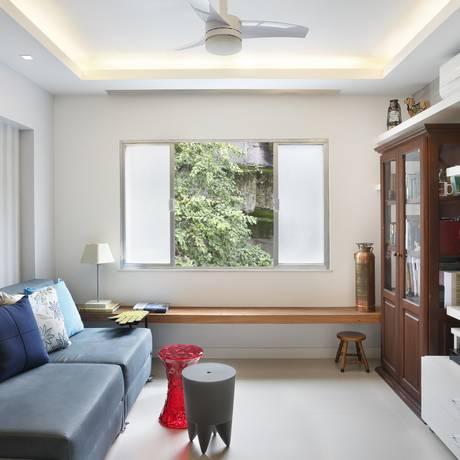 Sala de Rosa Prado tem móveis reutilizados e papel de parede em apenas um ponto Foto: Divulgação