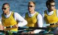Joshua Booth (ao centro) em competição de remo pela Austrália