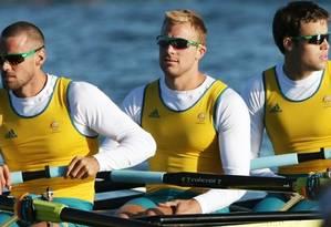Joshua Booth (ao centro) em competição de remo pela Austrália Foto: AP