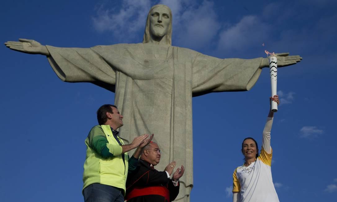 A Tocha Olímpica passa pelo Cristo Redentor pelas mãos da ex-jogadora de vôlei Isabel e do cardeal arcebispo do Rio Dom Orani Tempesta. Acompanhou a cerimônia o prefeito Eduardo Paes Márcia Foletto / Agência O Globo