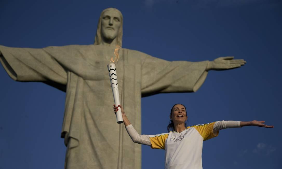 A ex-jogadora de vólei Isabel levanta a Tocha Olímpica no Cristo Redentor Márcia Foletto / Agência O Globo