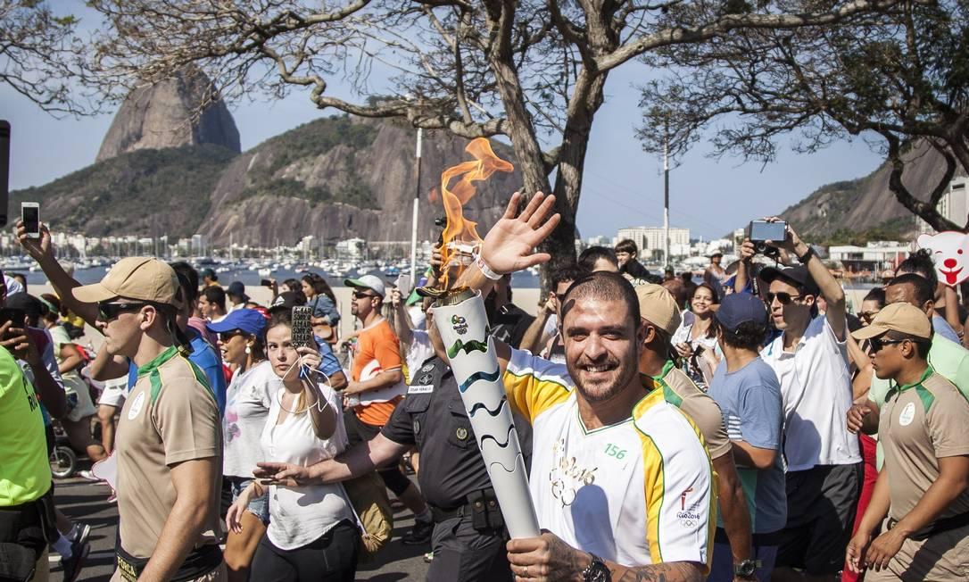Diogo Nogueira conduz a tocha, na Enseada de Botafogo Hermes de Paula / Agência O Globo