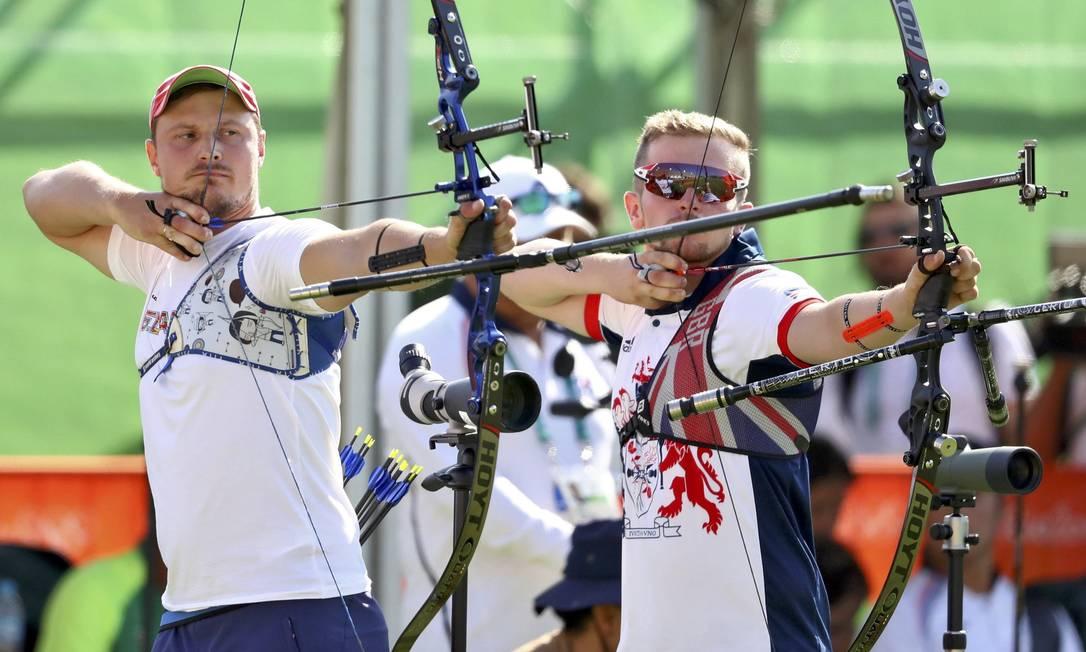 Patrick Huston, da Grã-Bretanha, e Anton Prilepov, de Belarus, competem YVES HERMAN / REUTERS