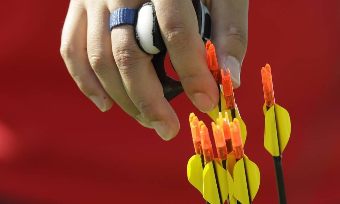 Os atletas precisam acertar as flechas em alvos a 70 metros de distância Alessandra Tarantino / AP