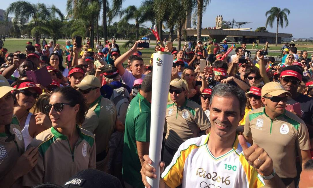 Cavaleiro Rodrigo Pessoa encerra tour da tocha olímpica no Monumento dos Pracinhas Brasil 2016/Twitter