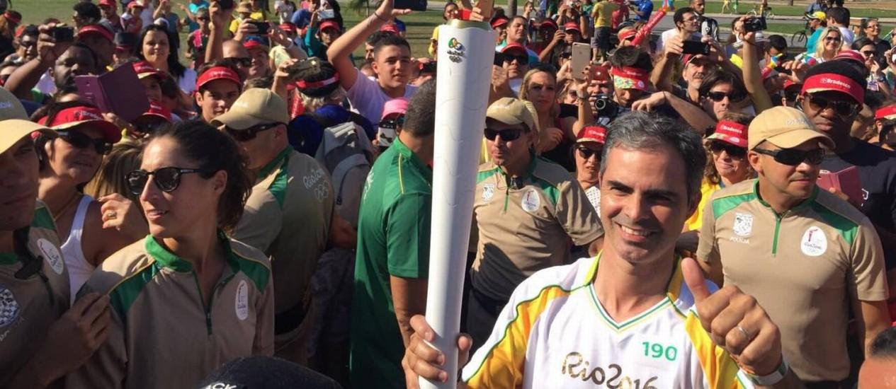 Cavaleiro Rodrigo Pessoa encerra tour da tocha olímpica no Monumento dos Pracinhas Foto: Brasil 2016/Twitter