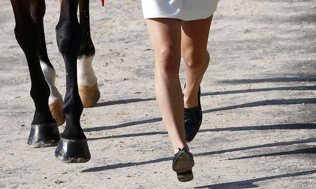 A holandesa Merel Blom, caminha com seu cavalo, Rumour, no Centro Olímpico de Hipismo TONY GENTILE / REUTERS