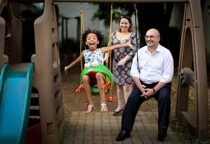 Beatriz, de 8 anos, foi adotada por Armando e Kátia Char há quatro anos, depois da desistência de um primeiro casal Foto: Marcos Alves / Agência O Globo