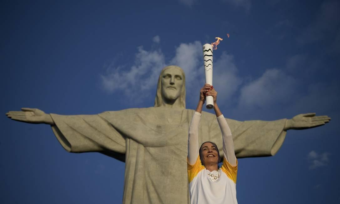 A ex-jogadora de vôlei Isabel levanta a Tocha Olímpica no Cristo Redentor Márcia Foletto / Agência O Globo