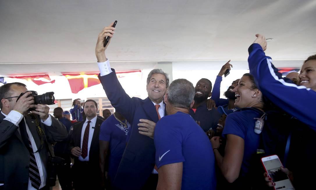 John Kerry, secretário de Estado dos Estados Unidos, tira uma selfie com os atletas de seu país SHANNON STAPLETON / AFP