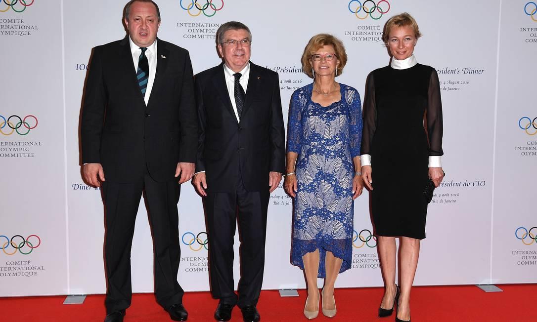 Nas extermidades, o presidente da Geórgia, Giorgi Margvelashvili, e sua mulher, Chichua Pascal Le Segretain / AP