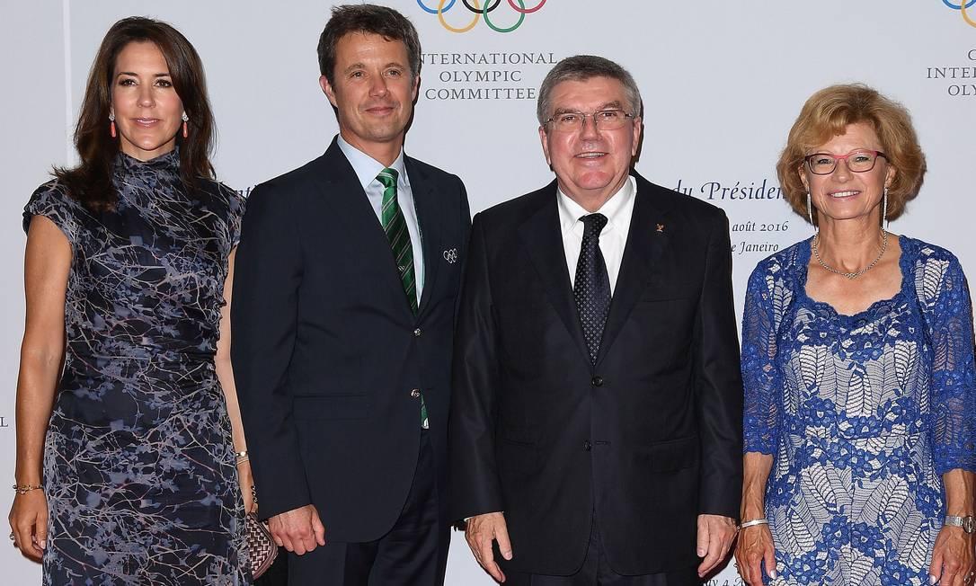 Os príncipes-herdeiros Mary e Frederick, da Dinamarca, ao lado de Thomas Bach e sua mulher, Claudia PASCAL LE SEGRETAIN / AFP
