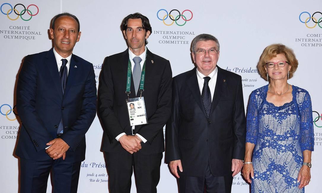 Da esquerda para a direita: O presidente da Sérvia, Tomislav Nikolic; Andrea Ugolini, capitão regente de San Marino; presidente do Comitê Olímpico Internacional, Thomas Bach, e sua mulher, Claudia PASCAL LE SEGRETAIN / AFP