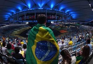 Público aguarda início da cerimônia de abertura dos Jogos Olímpicos, no Maracanã Foto: CHRISTOPHE SIMON / AFP