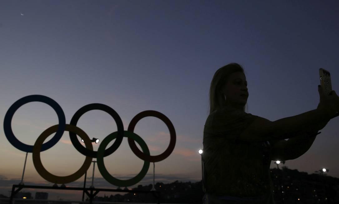 Mulher tira uma selfie perto dos arcos em Copacabana... SHANNON STAPLETON / REUTERS
