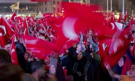 Pressão popular. Simpatizantes do governo Erdogan se manifestam em Istambul após tentativa de golpe militar Foto: Danielle Villasana / Bloomberg/20-7-2016
