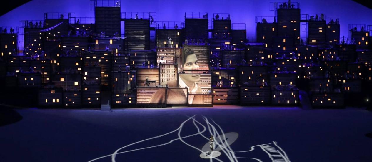"""Gisele Bündchen desfila no centro do palco ao som de """"Garota de Ipanema"""", na abertura dos Jogos Rio-2016, no Maracanã. Foto: MARKO DJURICA / REUTERS"""