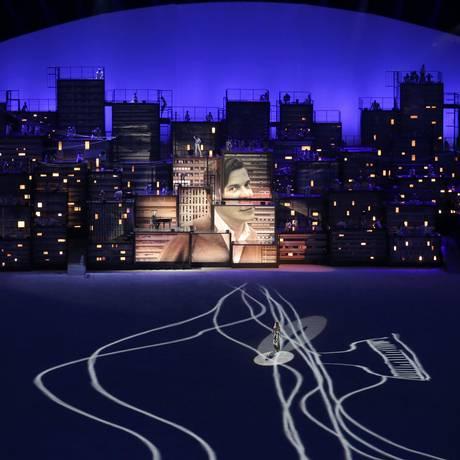 Gisele Bündchen desfila no centro do palco ao som de
