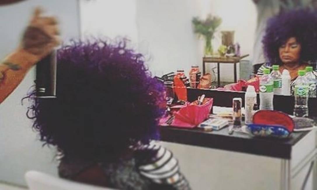 A cantora Elza Soares se arruma nos camarim Reprodução