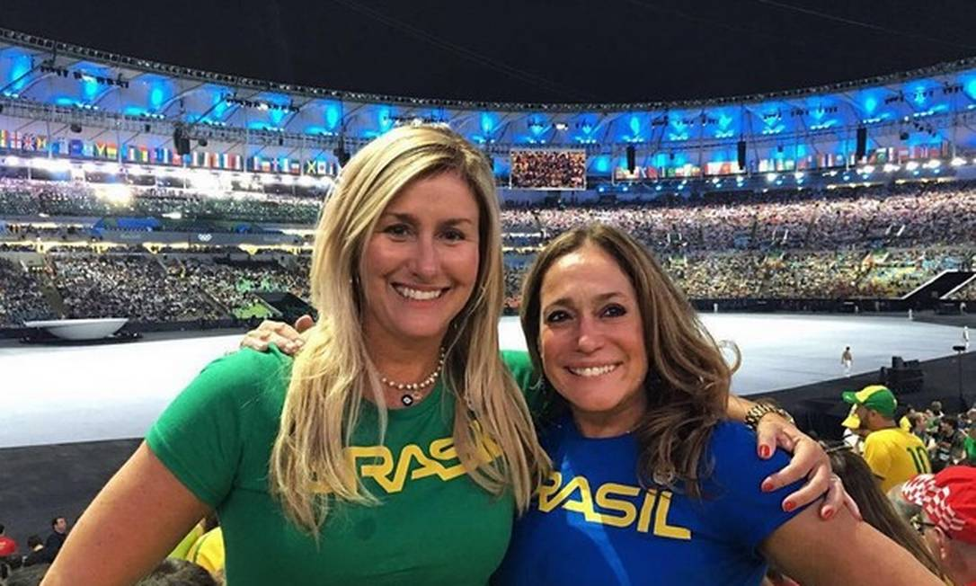Susana Vieira posa dentro do Maracanã com a nora Reprodução