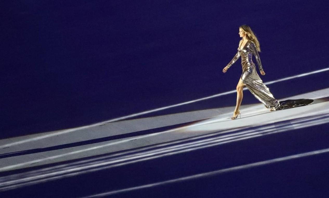 """A abertura da Olimpíada do Rio também foi o maior """"desfile"""" da carreira de Gisele, já que a passarela tinha 128 metros Foto: MIKE BLAKE / REUTERS"""