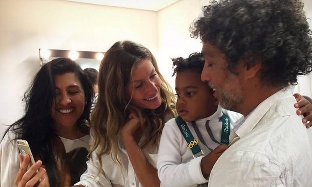 Gisele Bündchen faz selfie com Regina Casé, Estevão Ciavatta e o pequeno Roque Reprodução