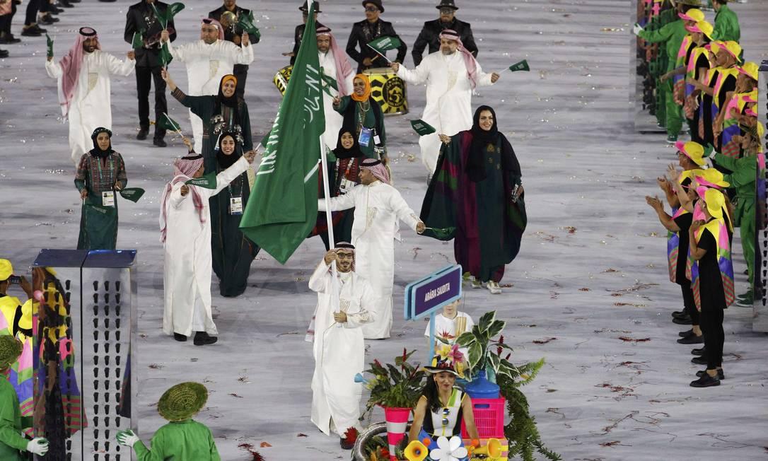 Arábia Saudita desfilou com quatro atletas mulheres à frente, fato inédito na História dos Jogos. O porta-bandeira é Sulaiman Hamad STOYAN NENOV / REUTERS
