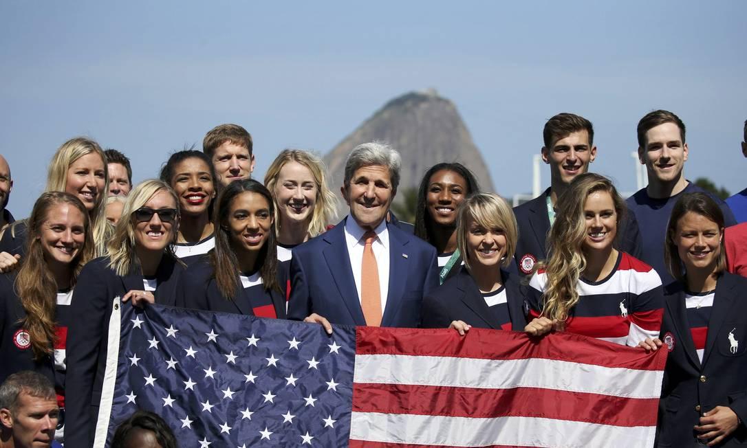 O secretário de estado dos EUA, John Kerry, com a delegação americana Shannon Stapleton / AP