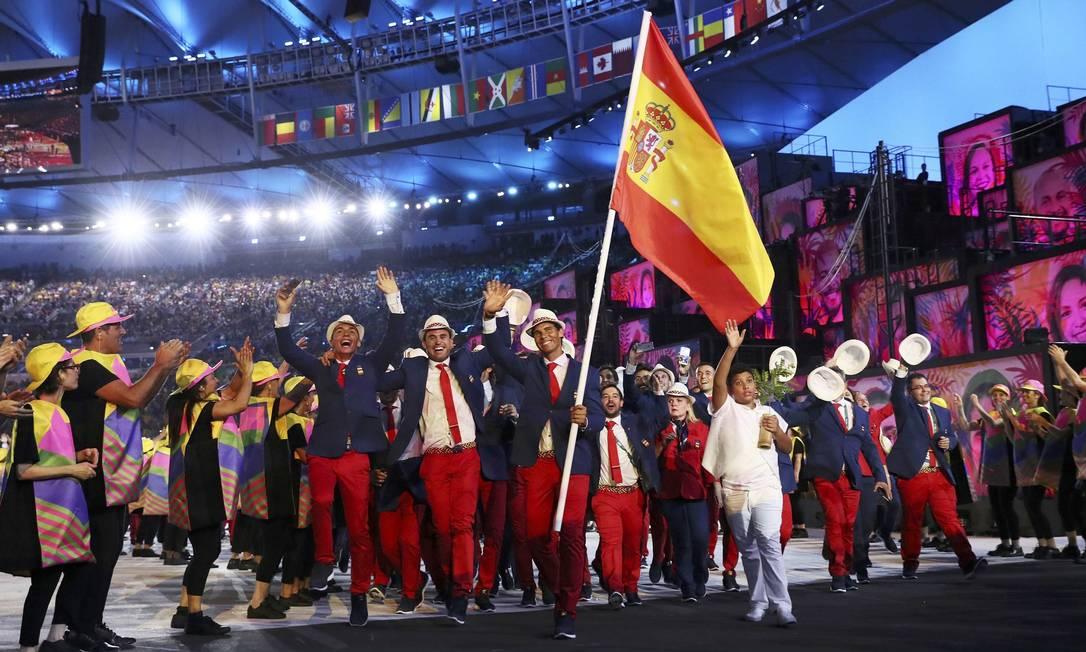 Rafael Nadal carrega a bandeira da delegação da Espanha STEFAN WERMUTH / REUTERS