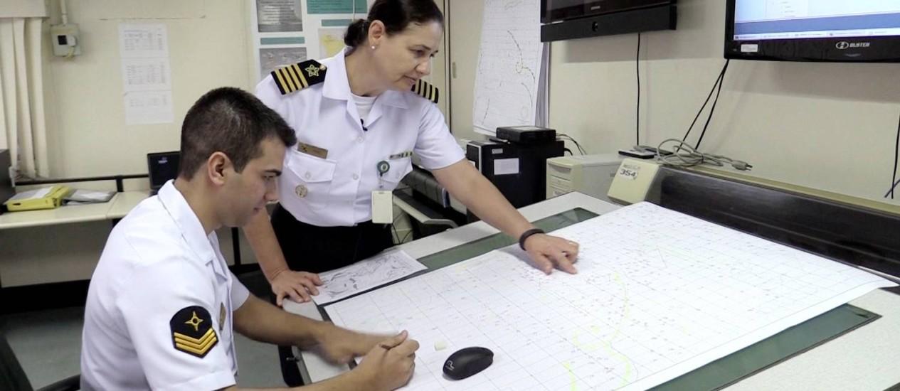 Foto: A capitão-de-mar-e-guerra Emma coordena os boletins do Centro de Hidrografia da Marinha / Élcio Braga