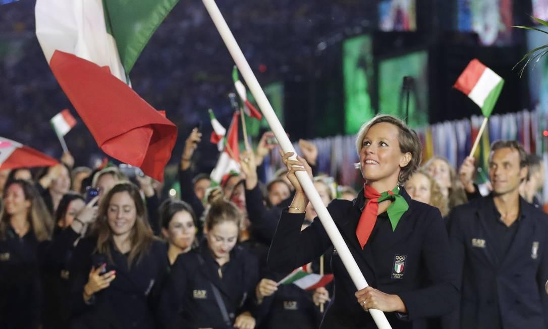 Federica Pellegrini carrega a bandeira da Itália durante a cerimônia de abertura dos Jogos Olímpicos de 2016 David Goldman / AP