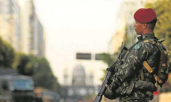 Militar do Exército patrulha a região do Palácio do Itamaraty, onde Michel Temer, presidente interino, recepcionou 40 chefes de Estado e governo Foto: Guilherme Leporace