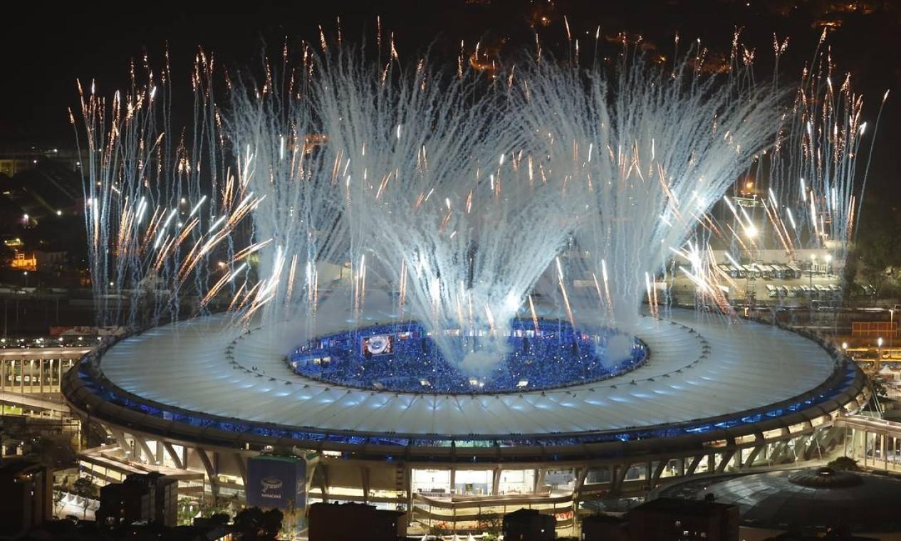 Fogos durante a abertura dos Jogos Foto: ANTONIO SCORZA / Agência O Globo