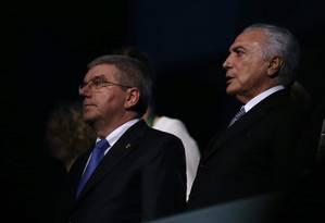 Michel Temer e o presidente do COI na tribuna do Maracanã Foto: ISSEI KATO / REUTERS