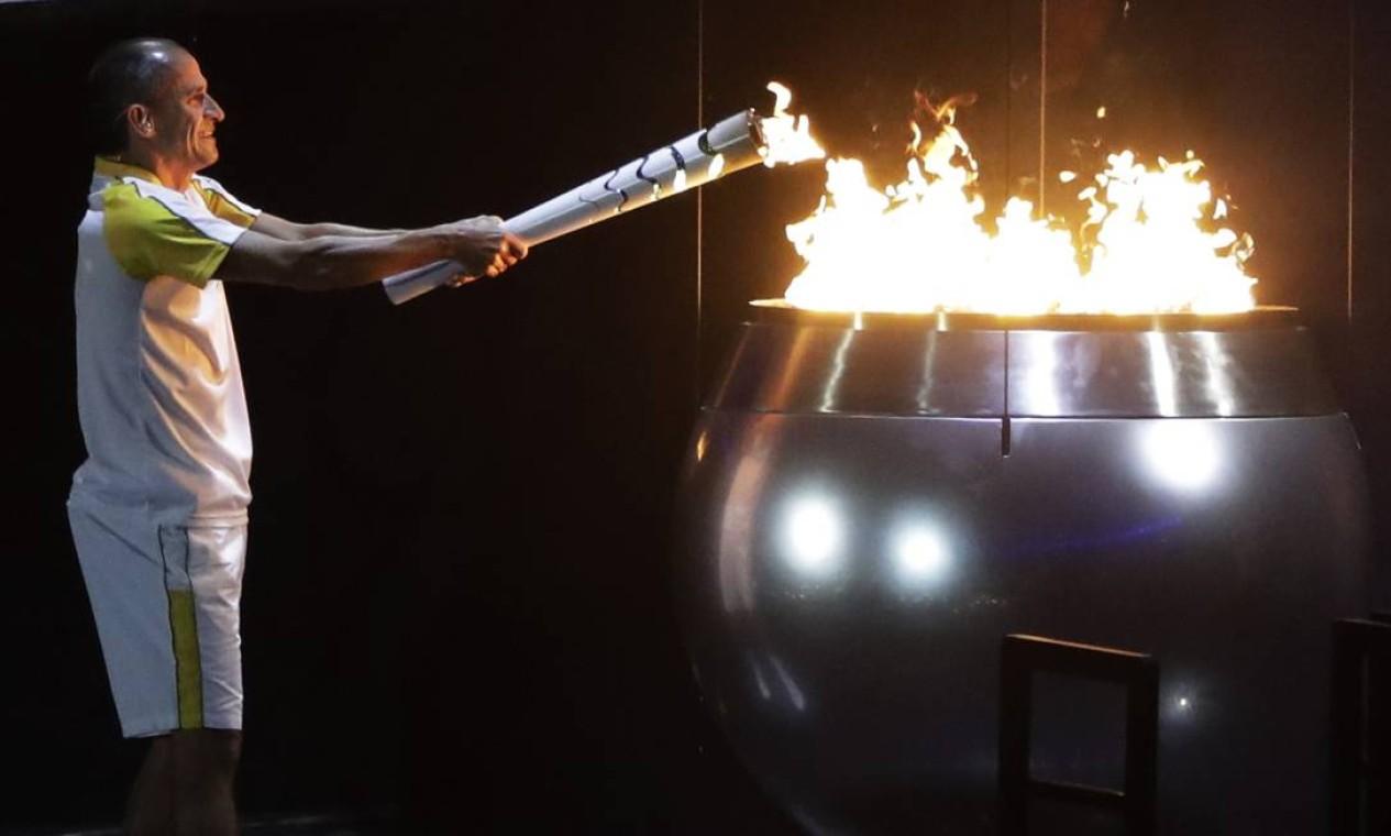 Vanderlei de Lima acende a pira olímpica, no Maracanã Foto: Jae C. Hong / AP