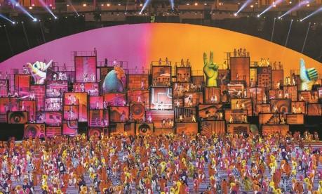 Uma das cenas do espetáculo que encantou o público durante a abertura oficial da Olimpíada no Maracanã: o show juntou aspectos da nossa cultura como a bossa nova da Zona Sul e o funk das favelas Foto: Daniel Marenco