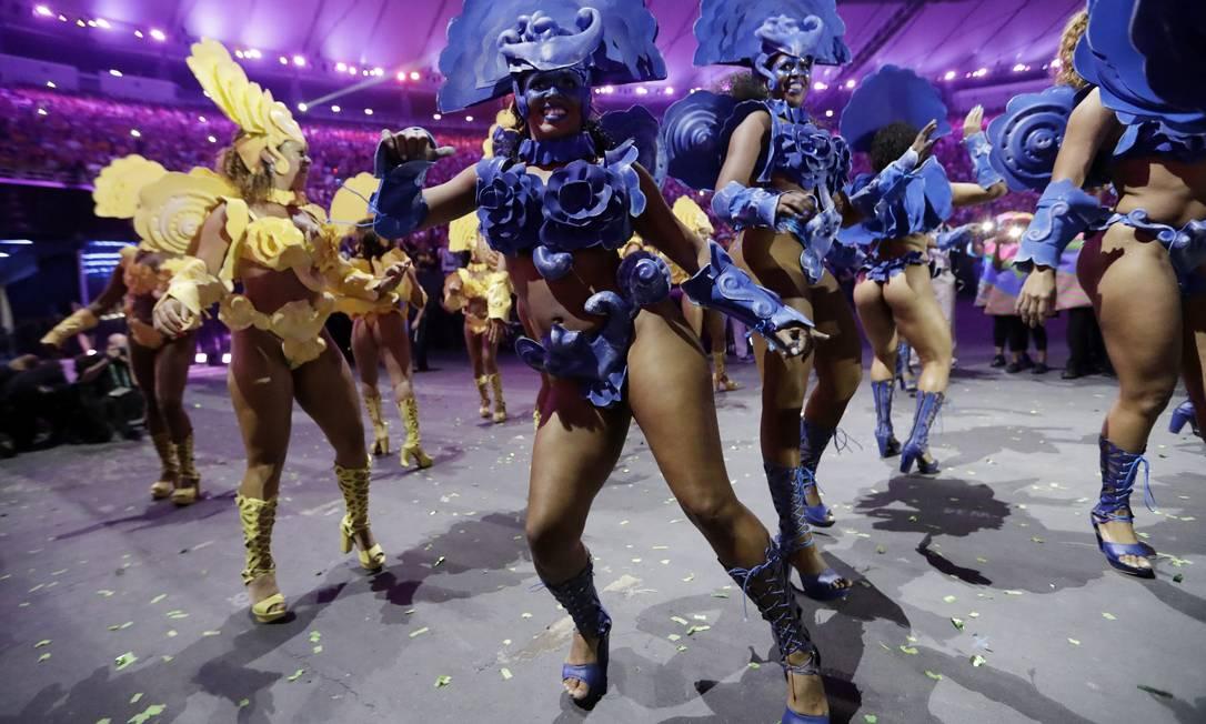 Escolas de samba participam da festa, no Maracanã David J. Phillip / AP