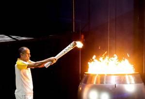 Vanderlei Cordeiro de Lima acende a pira dos Jogos Olímpicos no Maracanã Foto: Pedro Kirilos / Agência O Globo