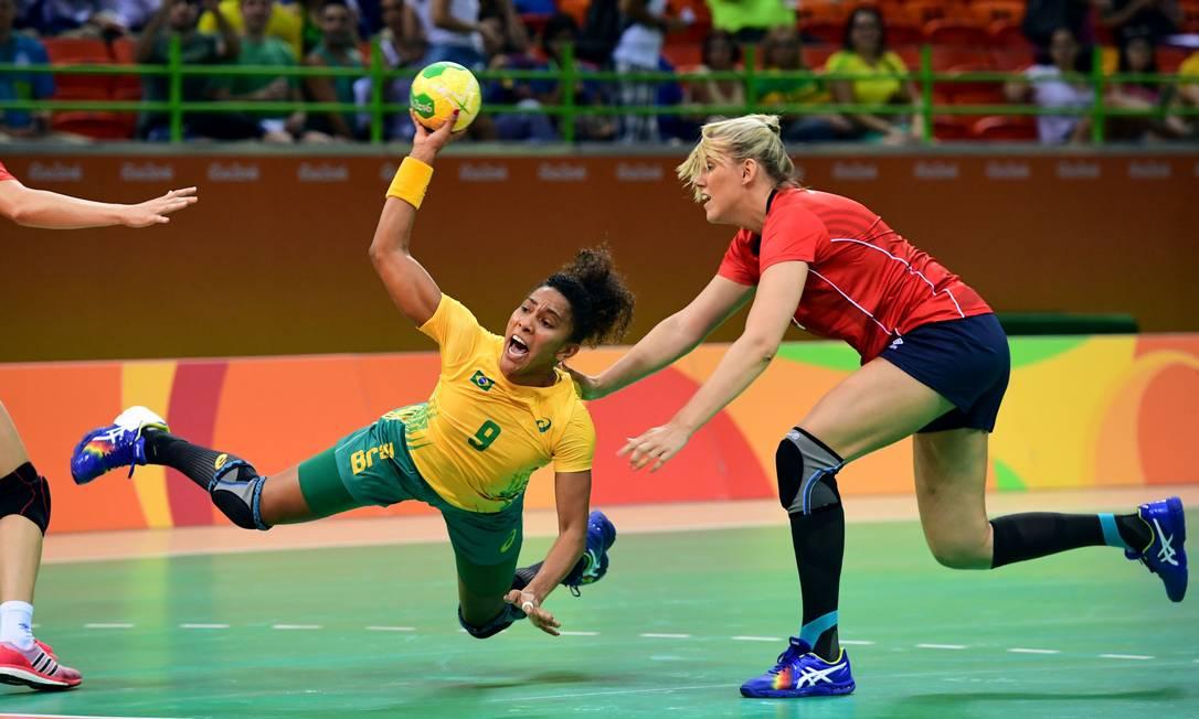 Ana Paula Belo em ação contra a Noruega FRANCK FIFE / AFP