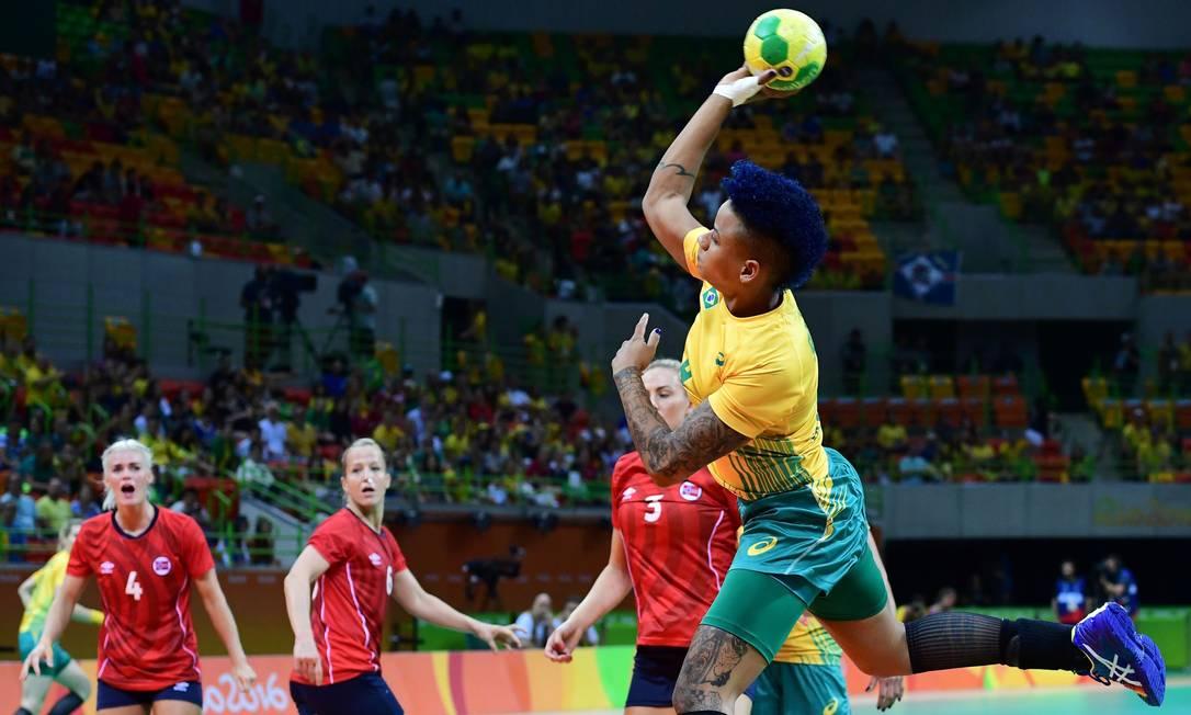 A jogadora Samira Rocha em jogada que tirou o fôlego das norueguesas FRANCK FIFE / AFP