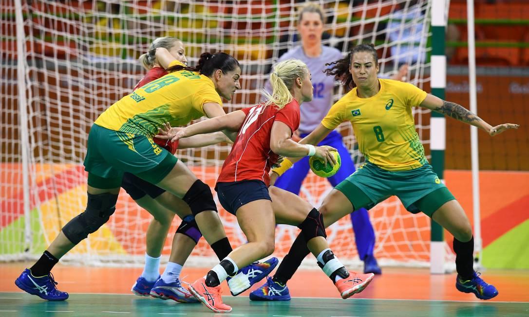 Disputa acirrada entre a jogadora Stine Bredal e as brasileiras Eduarda Amorim e Jessica Quintino FRANCK FIFE / AFP