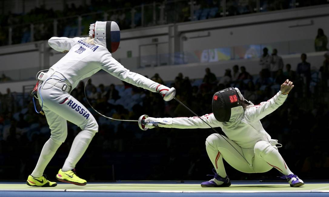 Tatiana Logunova, da Rússia, compete com Nozomi Sato, do Japão, na Arena ISSEI KATO / REUTERS