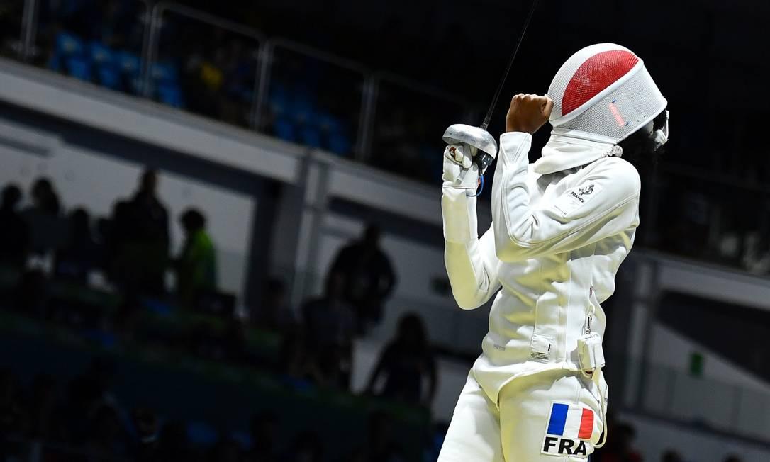 A Francesa Lauren Rembi comemora vitória contra a Romena Simona Gherman FABRICE COFFRINI / AFP