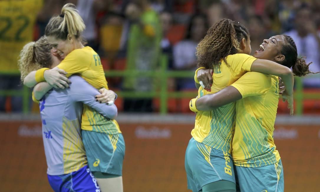 Brasileiras comemoram vitória na estreia do handebol MARKO DJURICA / REUTERS