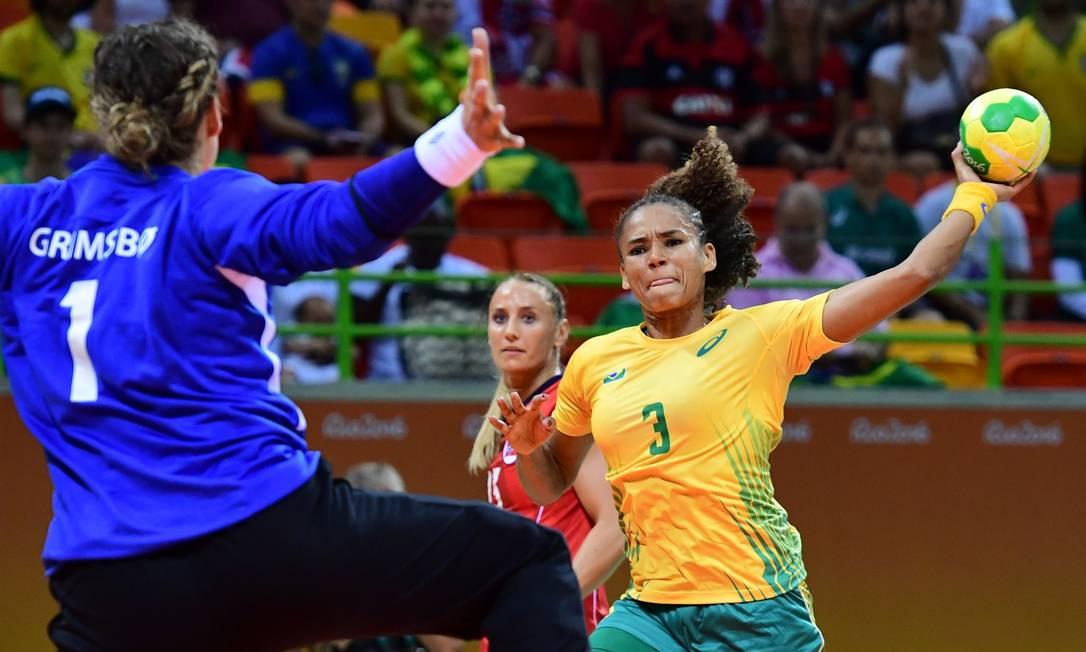 Alexandra Priscila do Nascimento enfrenta a goleira norueguesa Kari Aalvik Grimsbo FRANCK FIFE / AFP