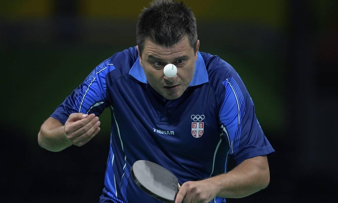 Aleksandar Karakasevic, da Sérvia, durante preliminar simples masculino de tênis de mesa, no Riocentro JUAN MABROMATA / AFP