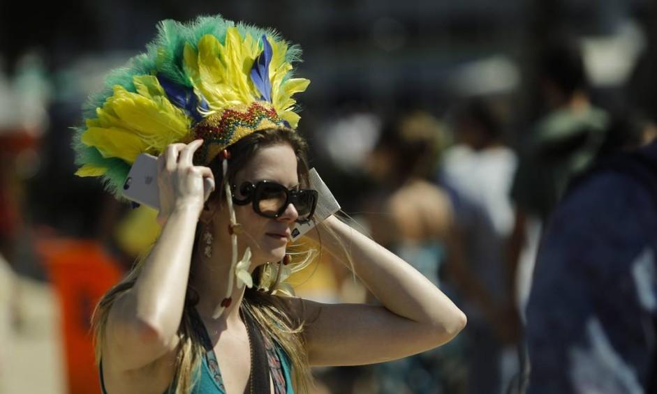 Clima olímpico contagia os torcedores na Praia de Copacabana Foto: Agência O Globo
