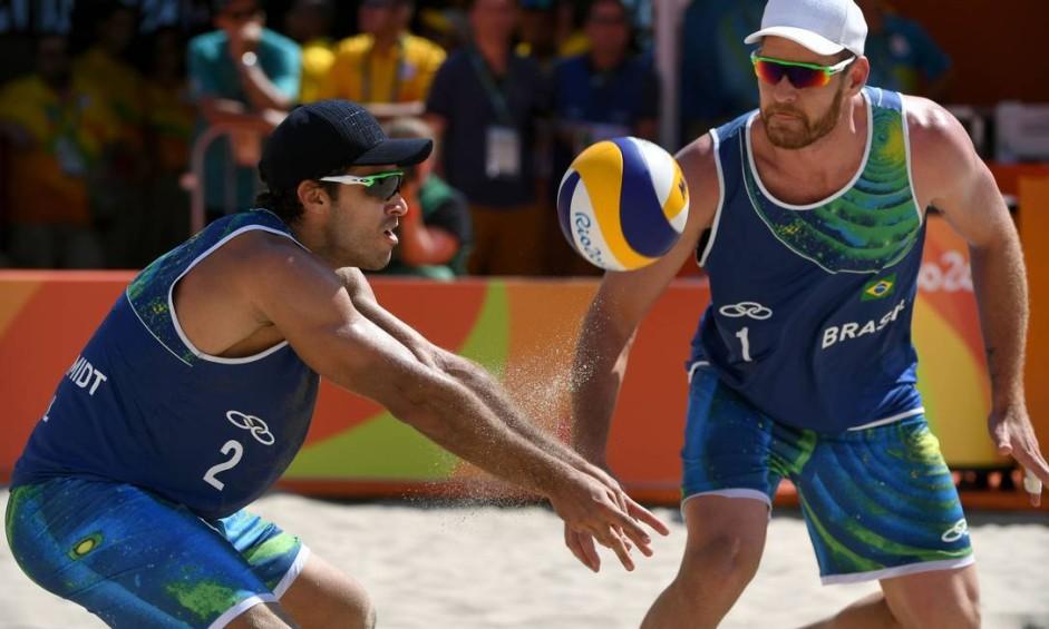 A dupla brasileira de vôlei de praia Alison e Bruno Schmidt venceu os canadenses Binstock e Schachter por 2 a 0 na Arena Copacabana Foto: YASUYOSHI CHIBA / AFP