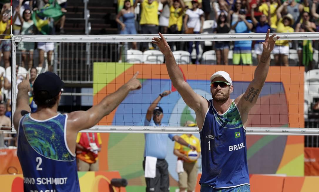 Mesmo com o apoio da torcida, os brasileiros, campeões mundiais, precisaram suar a camisa para passar Binstock e Schachter Petr David Josek / AP