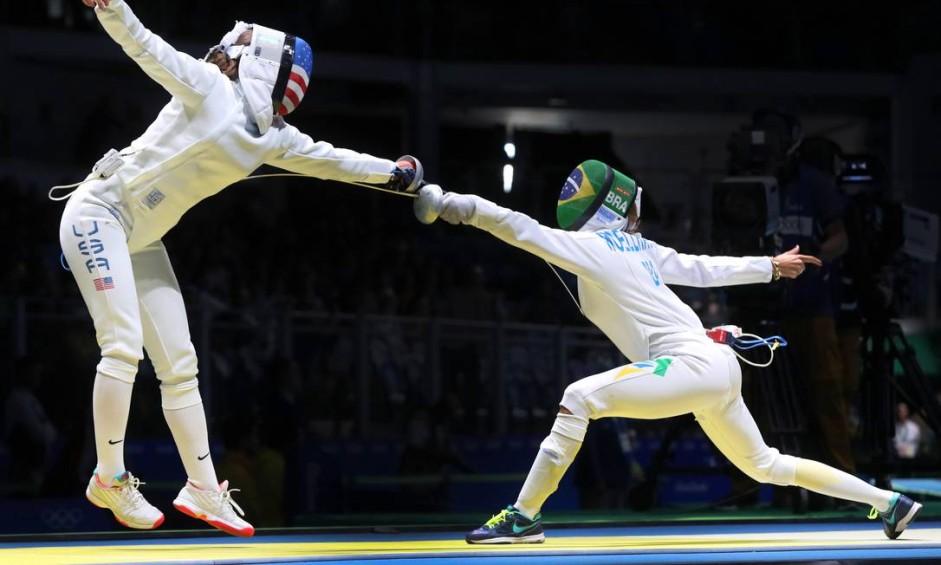 A esgrimista brasileira Nathalie Moellhausen venceu o duelo contra a americana Courtney Hurley Foto: Clayton de Souza / NOPP